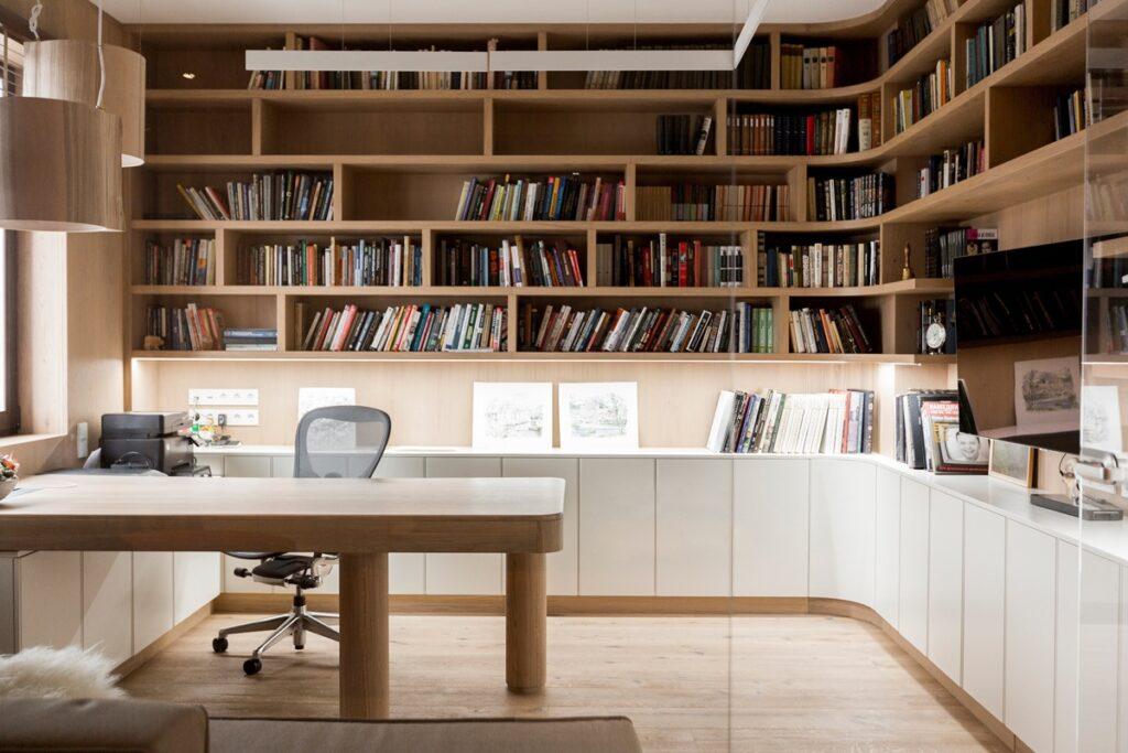 biuro w domu z biblioteką